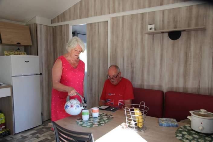 Vacanciers dans le mobil home Ibiza PMR adapté au handicap
