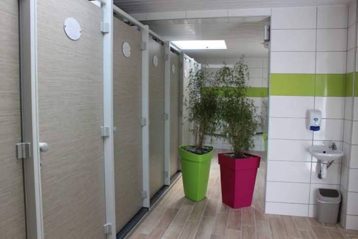 Les toilettes du camping la piscine